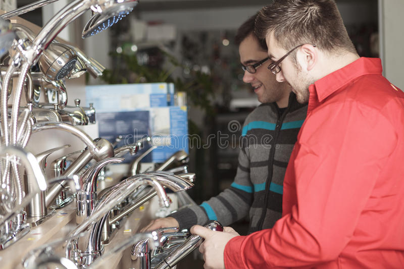 Employé de magasin de matériel photos stock