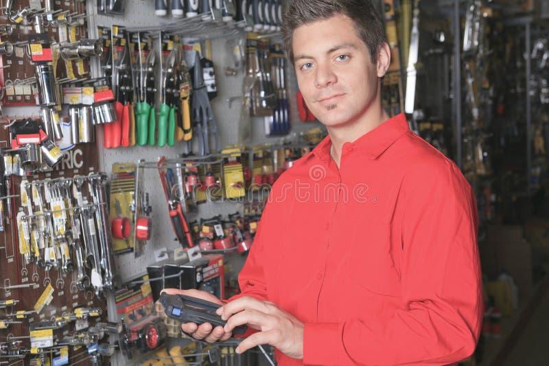 Employé de magasin de matériel photographie stock libre de droits