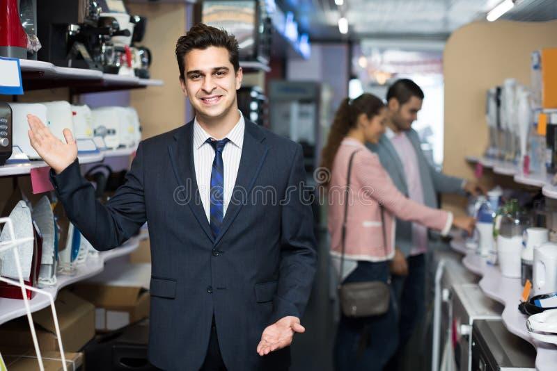 Employé de magasin travaillant avec le client photos libres de droits