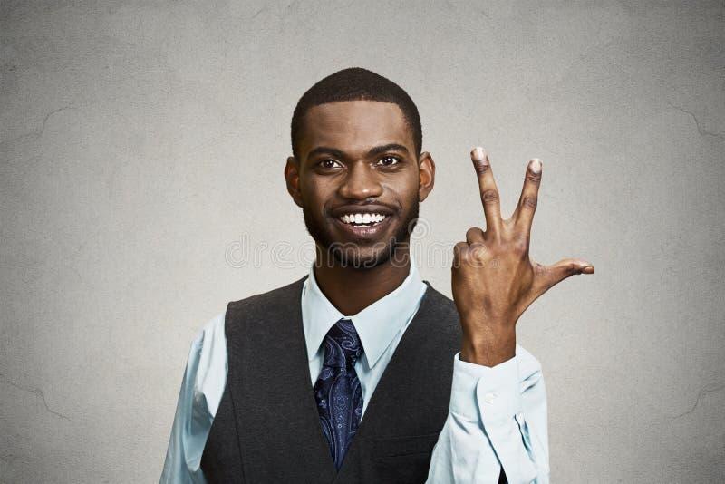 Employé de société donnant le geste de trois doigts de périodes photos libres de droits