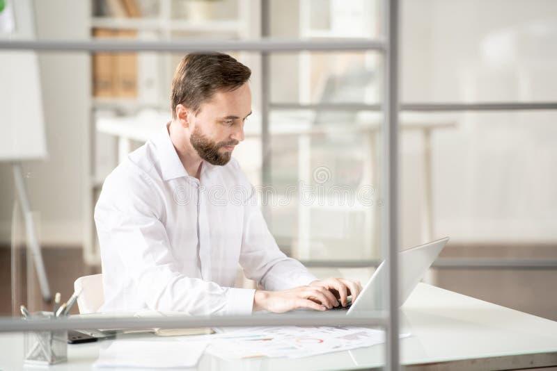 Employé devant l'ordinateur portable images stock