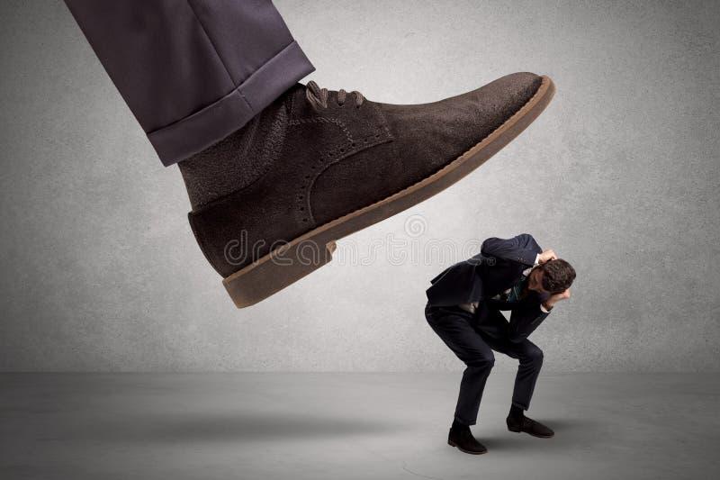 Employé effrayé du pied de patron photo libre de droits