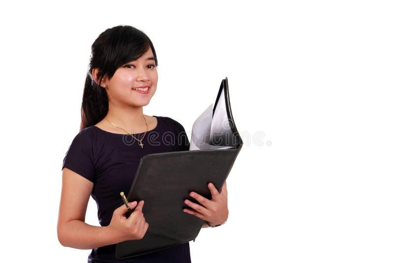 Employé féminin avec le dossier d'isolement photographie stock