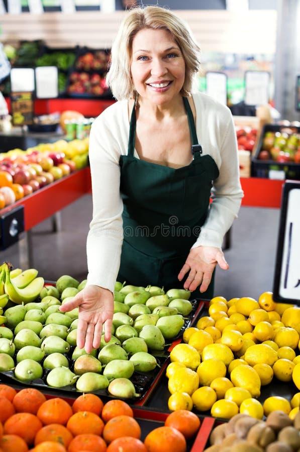 Download Employé Féminin D'épicerie Vendant Les Fruits Saisonniers Photo stock - Image du choix, amical: 76080626