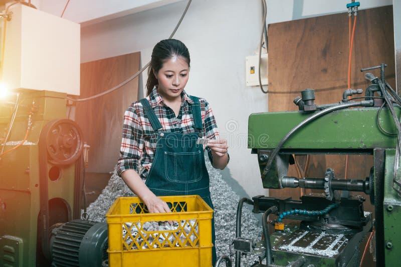 Employé féminin de usinage de fraisage de jeunes sérieusement photo libre de droits