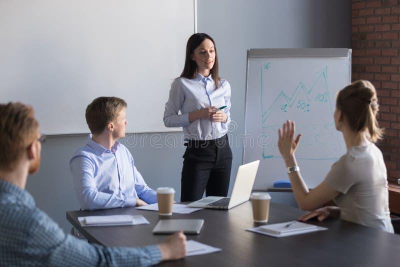 Employé féminin posant la question au haut-parleur d'affaires pendant le metin image libre de droits