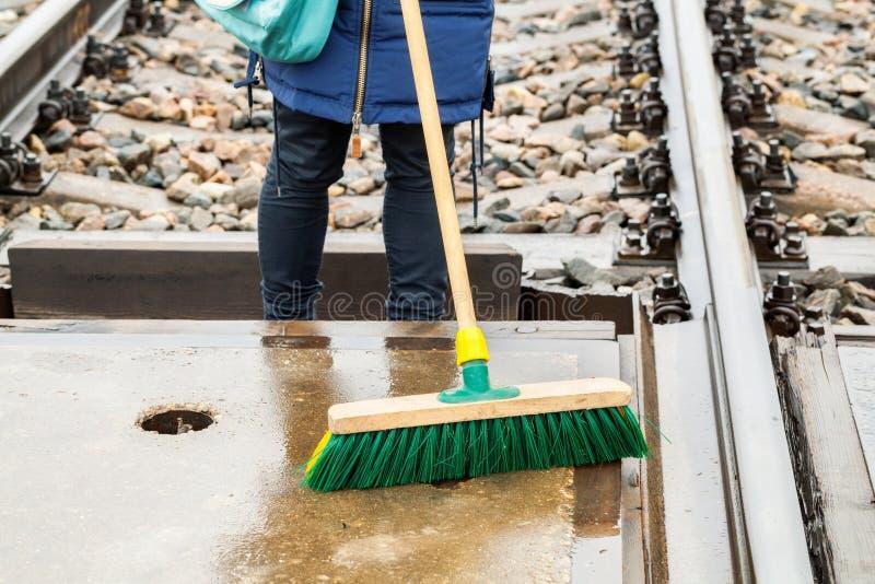 Employé ferroviaire féminin propre avec la brosse image libre de droits
