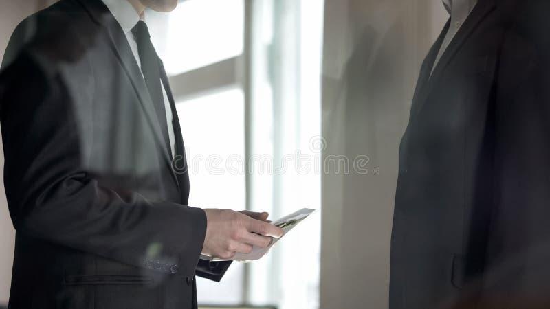 Employ? recevant le salaire dans l'enveloppe, fraude fiscale, contrecoup dans l'affaire ill?gale images stock