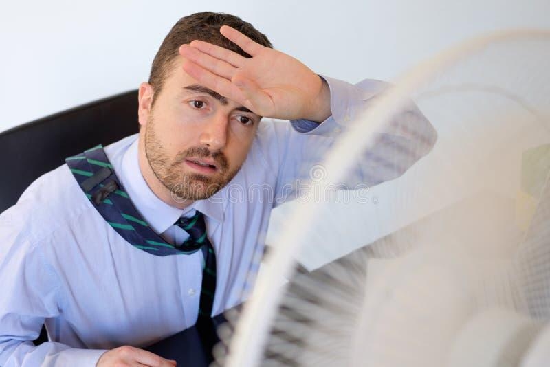 Employé rincé se sentant chaud photo stock