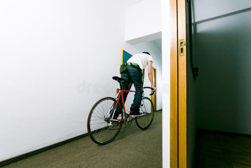 Employé sur le vélo photographie stock libre de droits