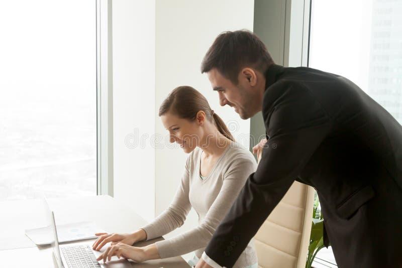 Employé surveillé de meneur d'équipe travaillant sur l'ordinateur portable, autobus photos libres de droits