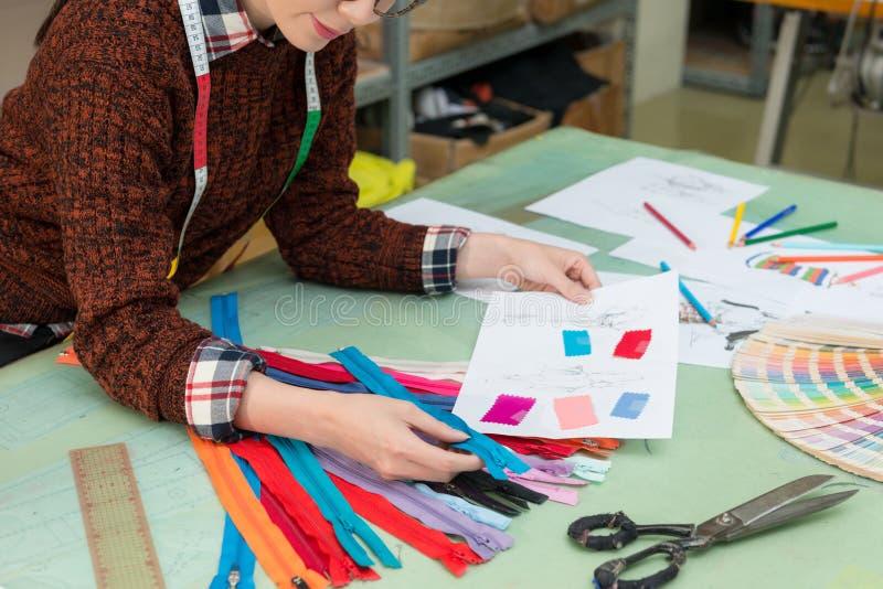 Employée de femelle de société de fabricant d'habillement image stock