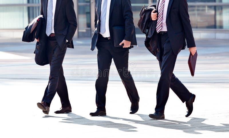 Employés allant à l'encontre le bureau. Panorama. photo stock