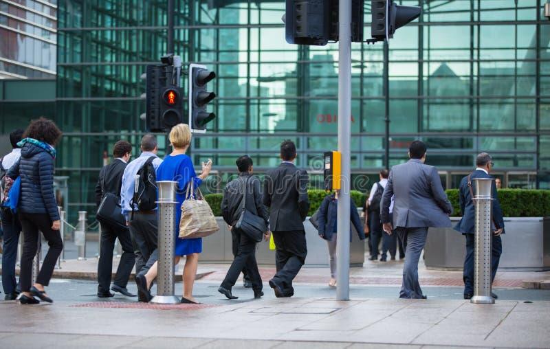 Employés de bureau allant travailler Londres, quai jaune canari photo libre de droits
