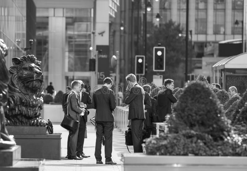 Employés de bureau allant travailler Londres, quai jaune canari images libres de droits