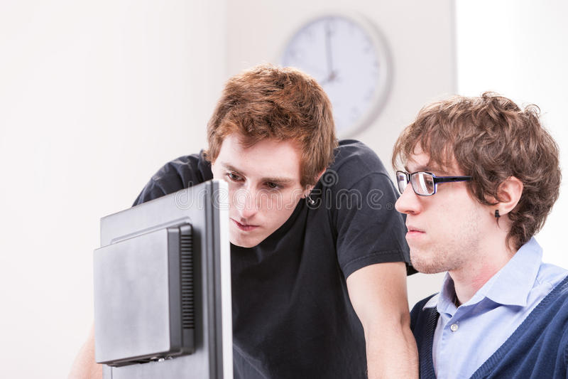Employés de bureau commis travaillant ensemble images stock