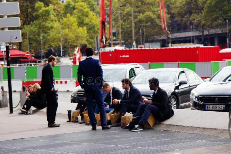 employés de bureau, déjeuner dans la rue du magasin en sacs de papier image libre de droits