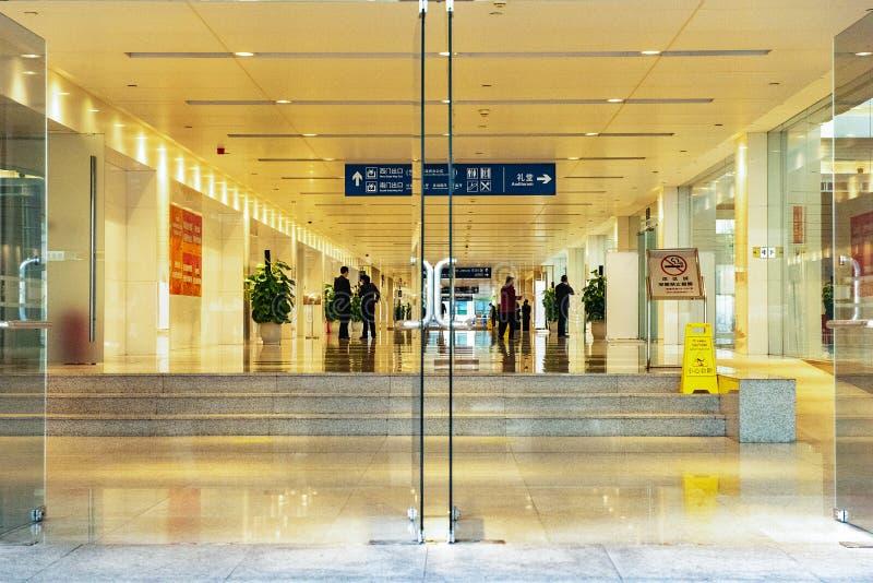 Employés de bureau dans le foyer de bâtiment, Shenzhen Chine images stock