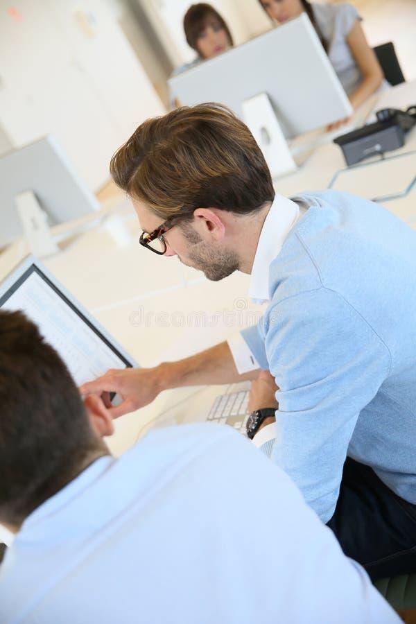 Employés de bureau lors d'une réunion images stock