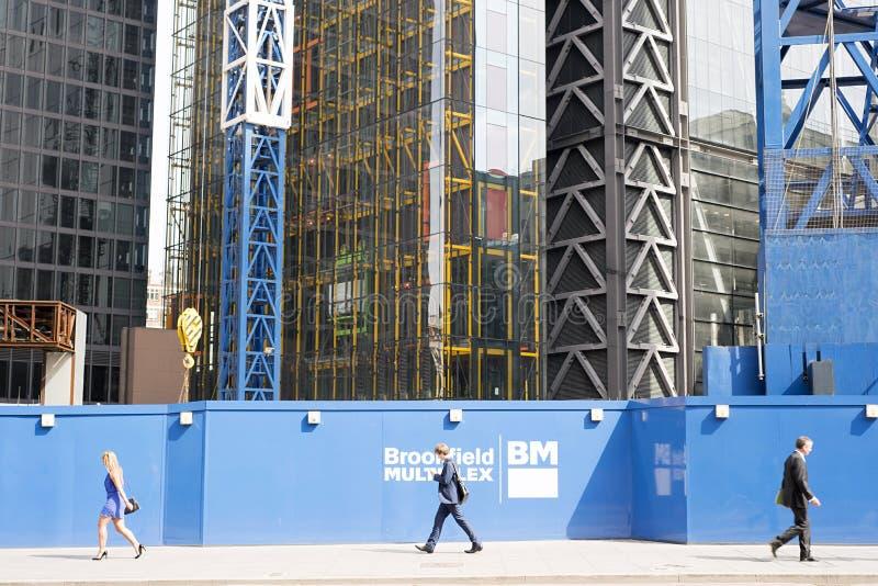 Employés de bureau marchant dans la ville de Londres photographie stock