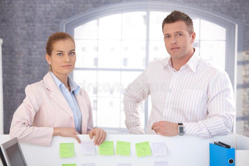 Employés de bureau occasionnels se tenant dans le bureau photos libres de droits