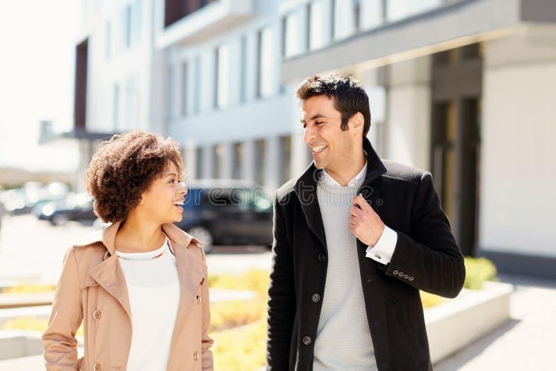 Employés de bureau ou couples parlant sur la rue de ville photos stock