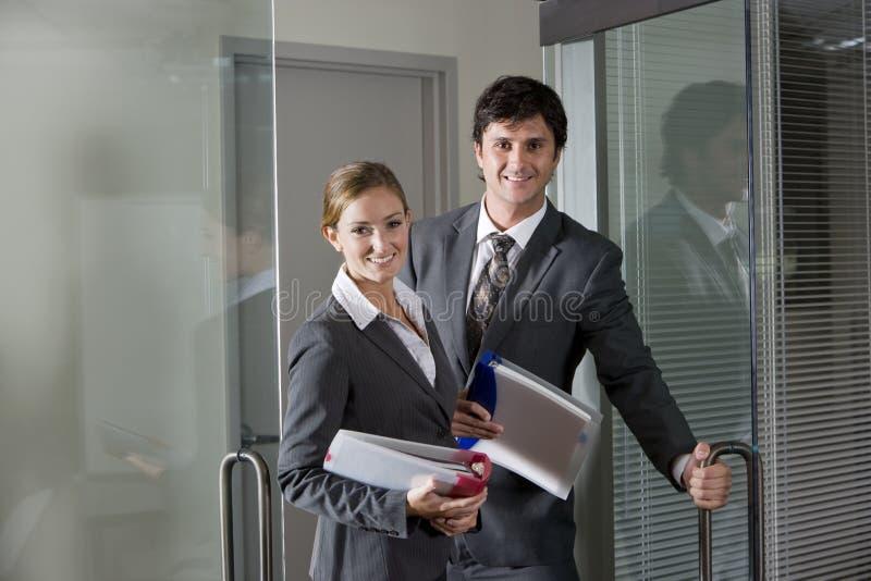 Employés de bureau ouvrant la trappe de salle de réunion photos libres de droits