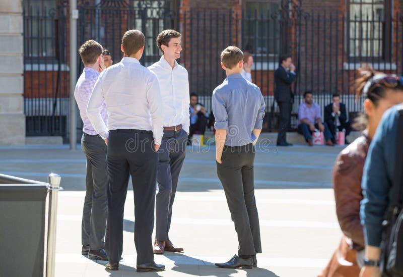 Employés de bureau prenant le déjeuner dans le parc à côté de la cathédrale de St Paul Londres, R-U image stock