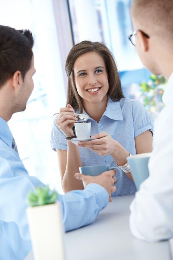 Employés de bureau sur la pause-café photos stock