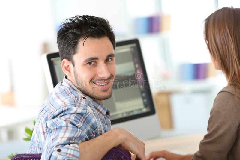 Employés de bureau travaillant sur l'ordinateur photo stock