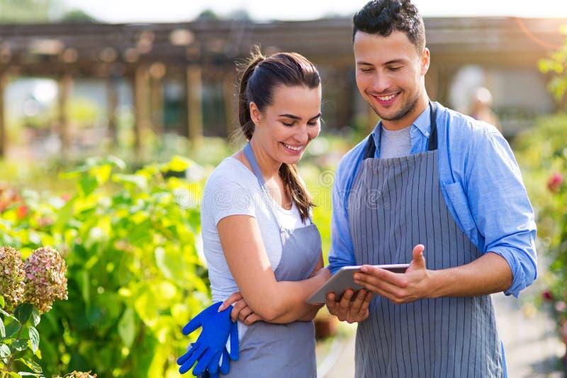 Employés de jardinerie images libres de droits