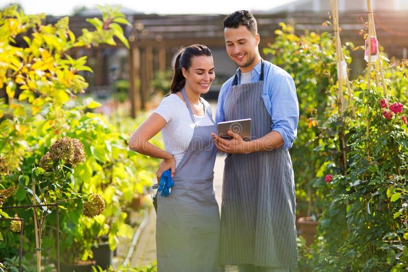 Employés de jardinerie images stock