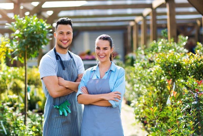 Employés de jardinerie photo stock