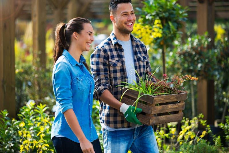 Employés de jardinerie photographie stock
