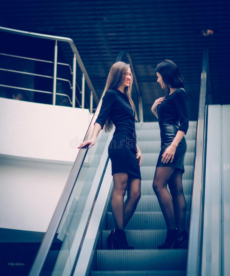 Employés de la position de société sur les escaliers dans le lobby de photos stock