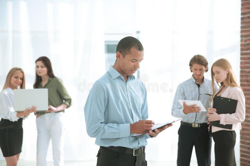 Employés de la société avant la réunion, se tenant dans le lobby du bureau photo libre de droits