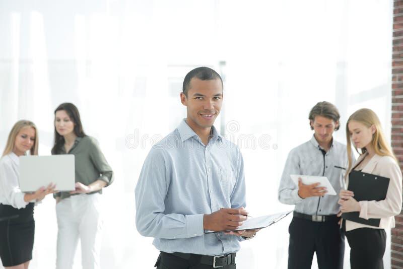 Employés de la société avant la réunion, se tenant dans le lobby du bureau photographie stock