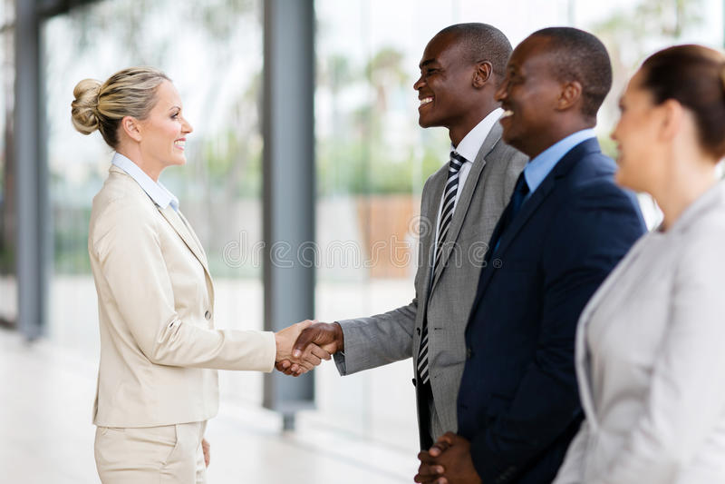 employés de poignée de main de femme d'affaires photo stock
