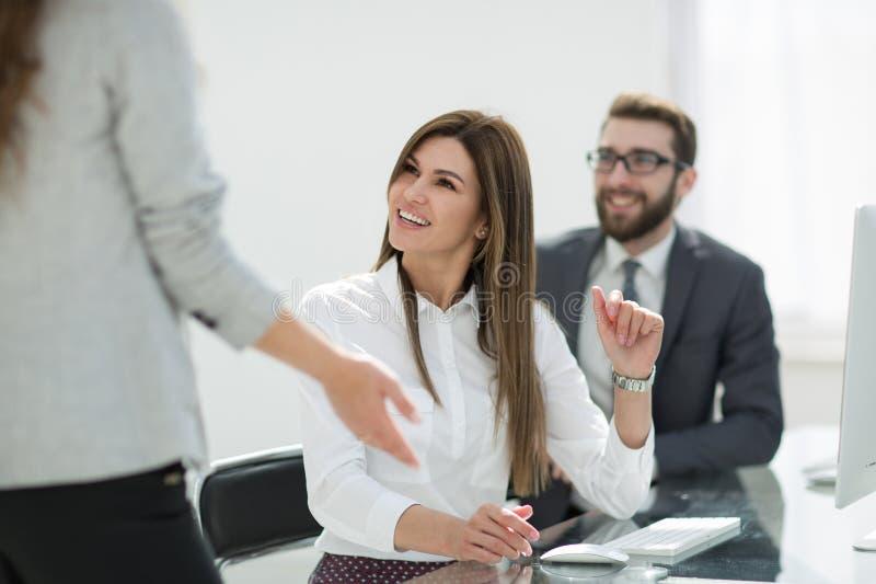 Employés de sourire parlant dans le lieu de travail photo stock