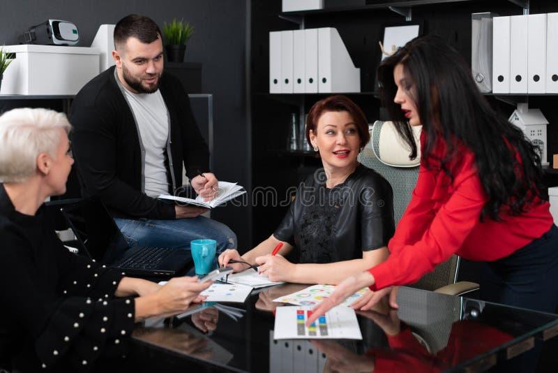 Employés de sourire parlant dans le lieu de travail photos libres de droits