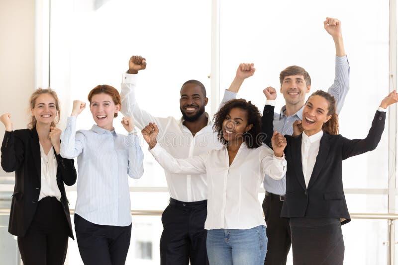 Employés divers heureux célébrant la victoire et le succès au travail photos libres de droits