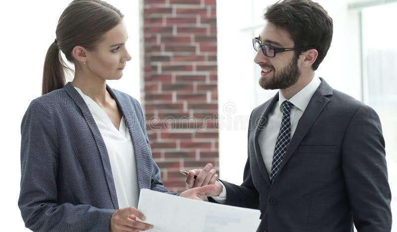 Employés du ` s de société pour discuter des affaires image stock