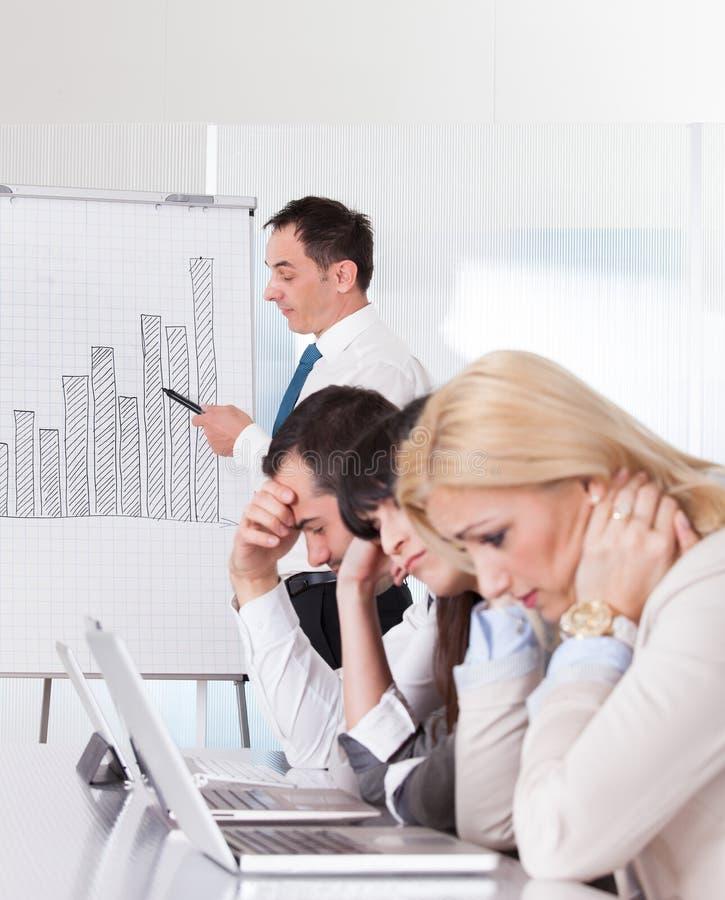 Employés frustrants lors de la réunion d'affaires photos stock