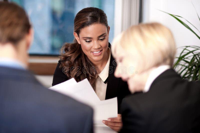 Employés lors d'une réunion avec leur directeur photos libres de droits