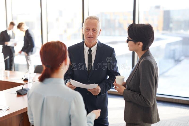 Employés parlant pour diriger photos stock