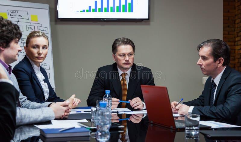 Employés sérieux lors de la réunion photographie stock libre de droits