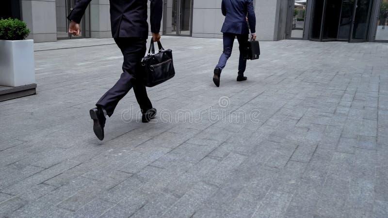 Employés se dépêchant à la réunion importante au centre d'affaires, temps-gestion images stock