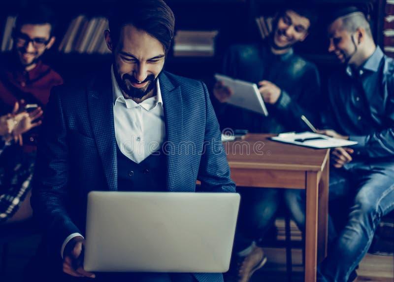 Employ? de la soci?t? avec l'ordinateur portable sur le fond des affaires photographie stock libre de droits
