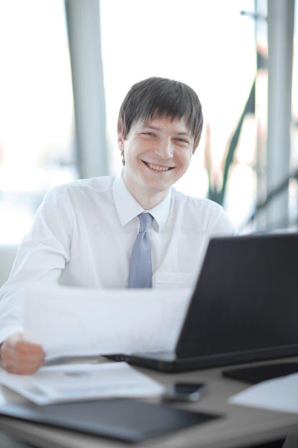 Employ? de la soci?t? travaillant sur l'ordinateur portable photo stock