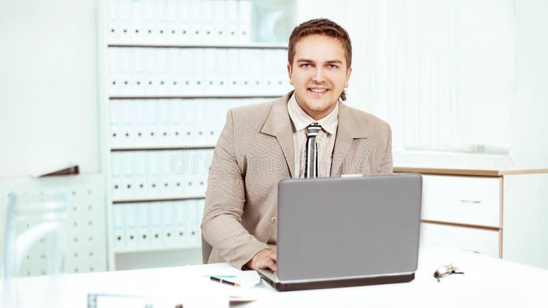 Employ? de la soci?t? travaillant sur l'ordinateur portable dans le bureau photographie stock libre de droits